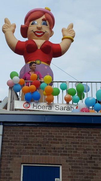 Trudy uit Dieren moest er ook aan geloven! Sarah Feestend op het balkon is goed opgevallen!!
